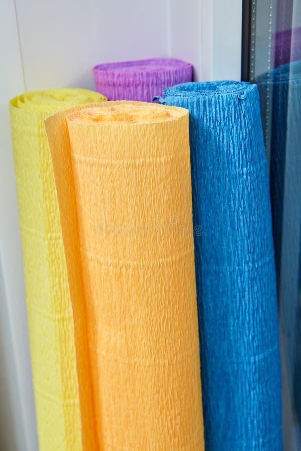 Quattro di rotoli colorati multi di carta corrugata per cucito immagini stock libere da diritti