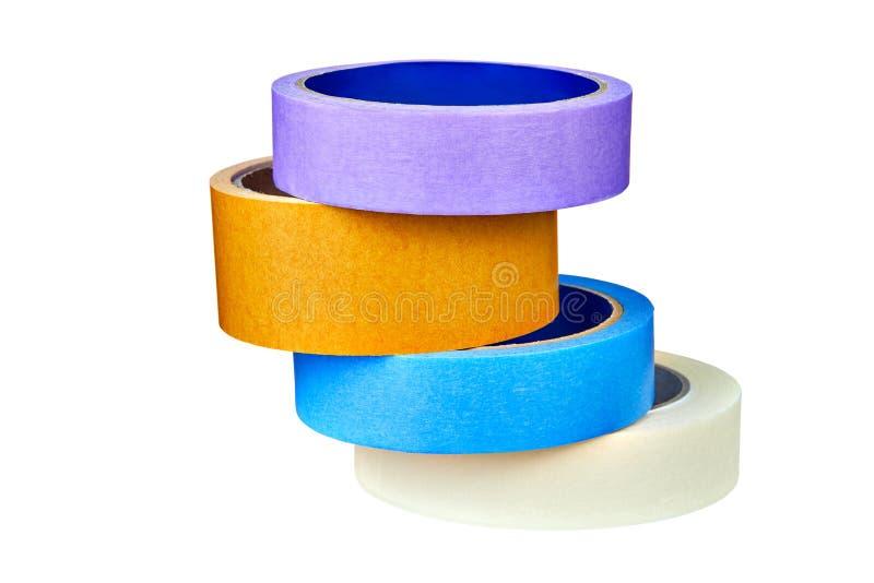 Quattro di rotoli colorati multi del nastro scozzese hanno piegato la pila su bianco immagine stock