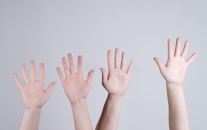 Quattro dita femminili di manifestazione cinque delle mani fotografie stock libere da diritti