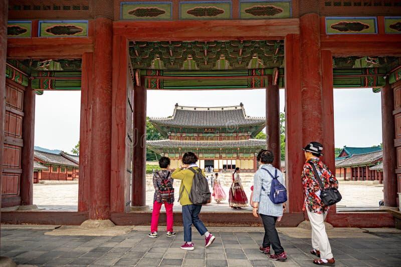 Quattro donne che entrano nel palazzo di Changdeokgung a Seoul immagine stock libera da diritti