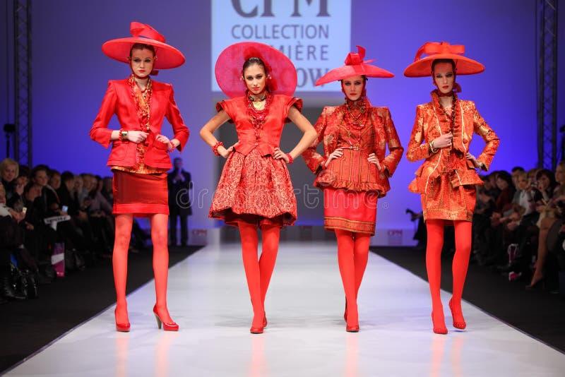Quattro donne in vestito rosso da S.Zaytzev fotografia stock libera da diritti