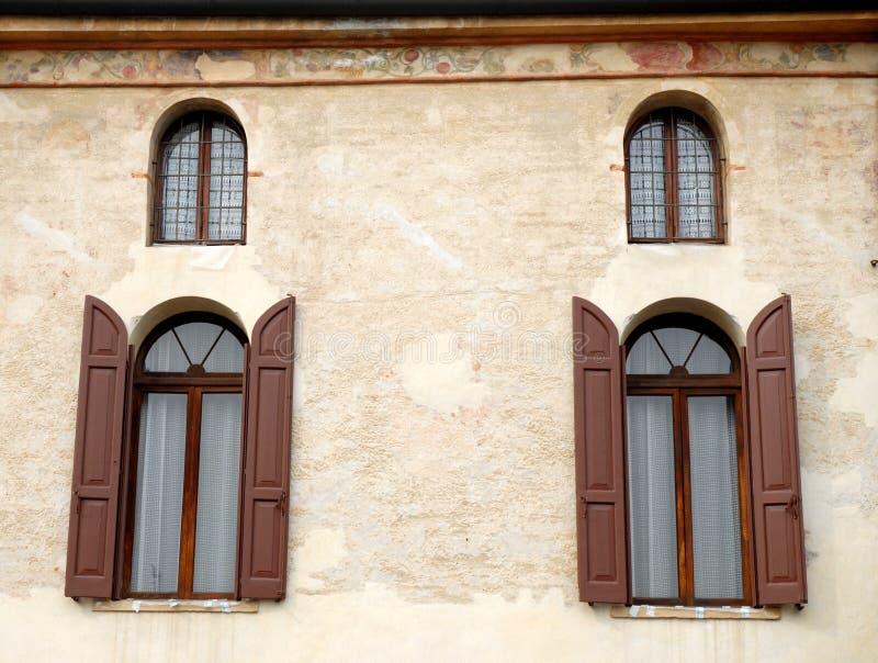 Quattro finestre, due grandi, due piccoli fotografia stock
