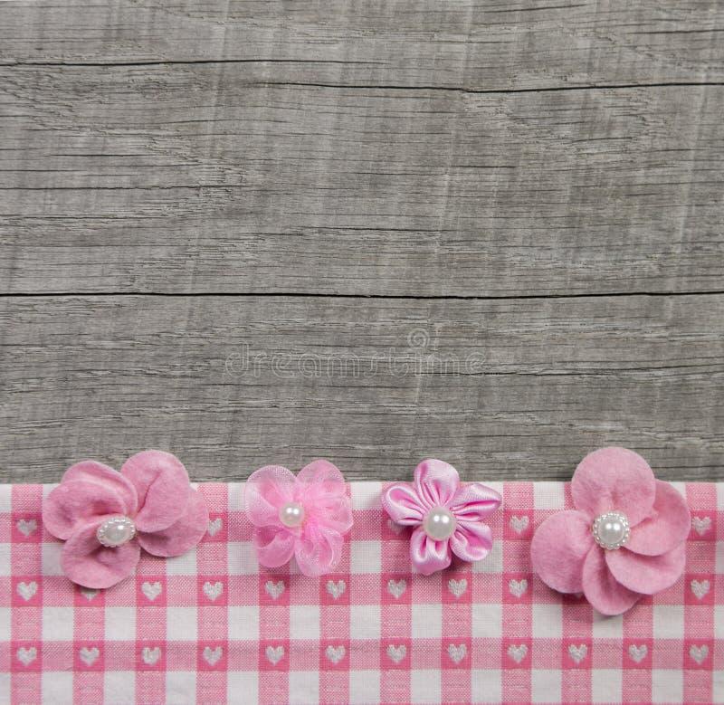 Quattro fiori fatti a mano rosa su fondo elegante misero grigio di legno immagine stock libera da diritti