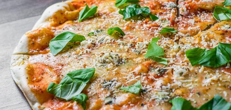 Quattro Formaggio τέσσερα πίτσα τυριών Ιταλική πίτσα στον ξύλινο πίνακα στοκ εικόνα