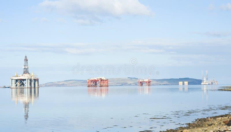 Quattro impianti offshore nell'estuario di Cromarty. immagini stock libere da diritti