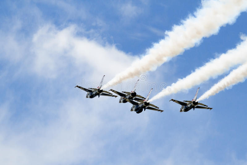 Quattro jei di Thunderbird con i rimorchi del fumo fotografie stock libere da diritti