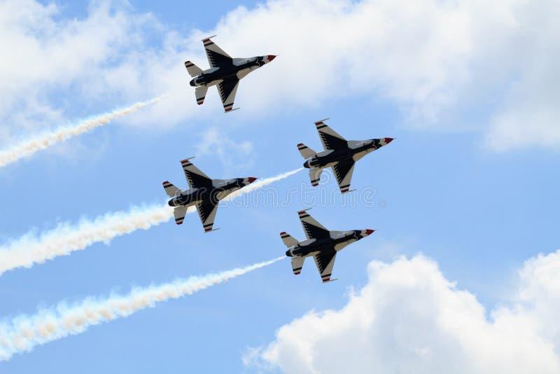 Quattro jei di Thunderbird nella formazione con l'emblema immagini stock libere da diritti