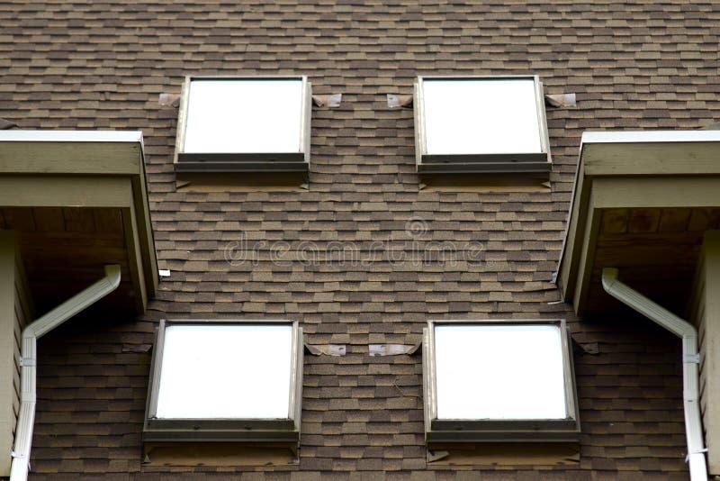 Quattro lucernari su una parte superiore del tetto immagini stock