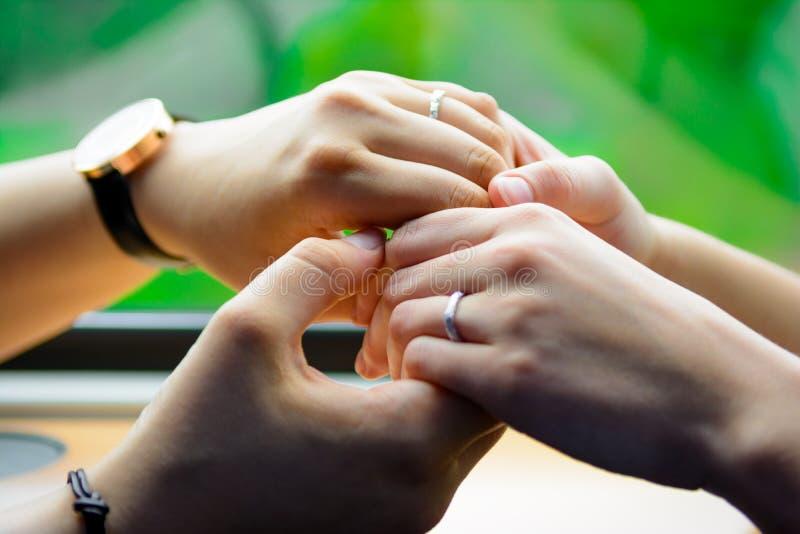 Quattro mani che toccano morbidamente insieme 3 immagine stock