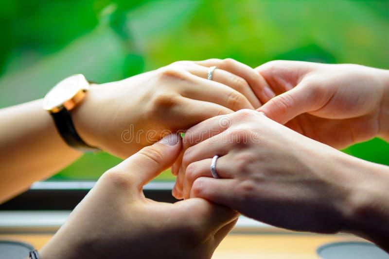 Quattro mani che toccano morbidamente insieme 2 fotografia stock