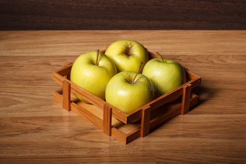 Quattro mele verdi fresche fotografia stock libera da diritti