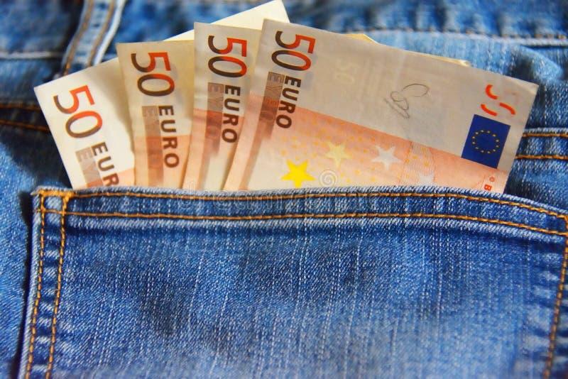 Quattro note dell'euro 50 nella tasca delle blue jeans fotografia stock