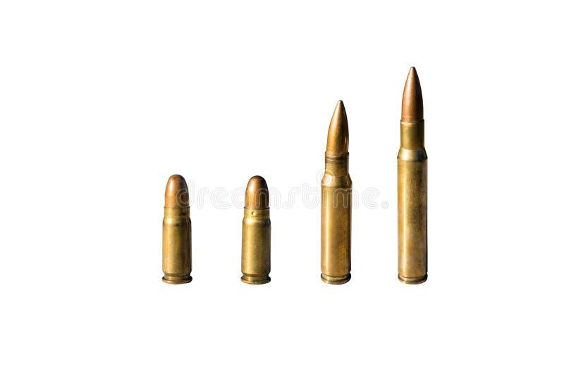 Quattro pezzi di munizioni taglienti con i calibri 8mm e 12 condizione di 7mm in una fila, isolata su un fondo bianco con un perc immagine stock