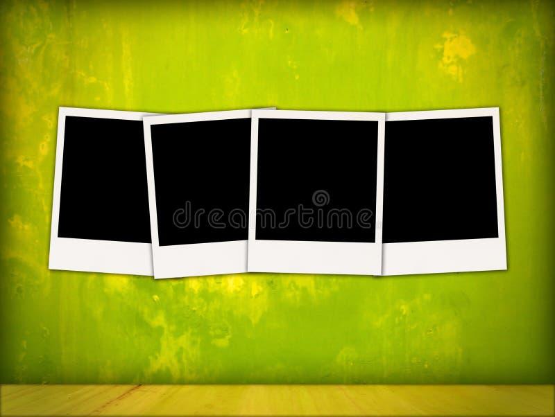 Quattro Polaroids vuoti nella stanza dell'annata fotografia stock