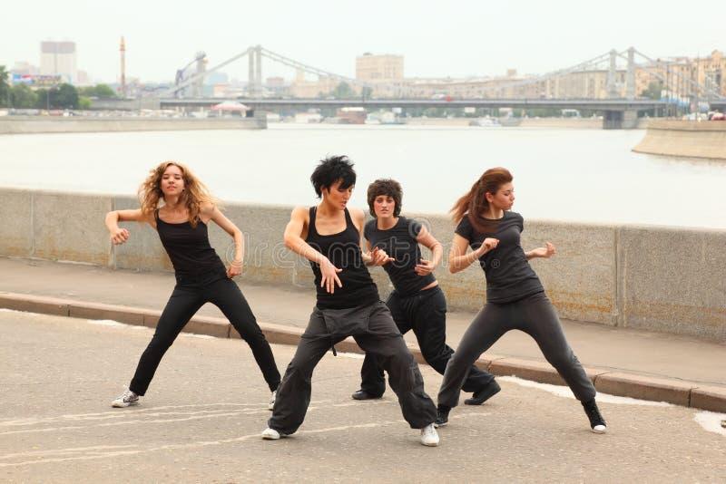 Quattro ragazze che ballano sull'argine immagine stock