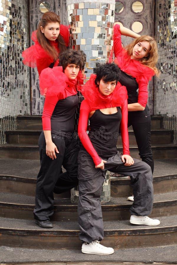 Quattro ragazze che si levano in piedi sulla scala fotografie stock libere da diritti