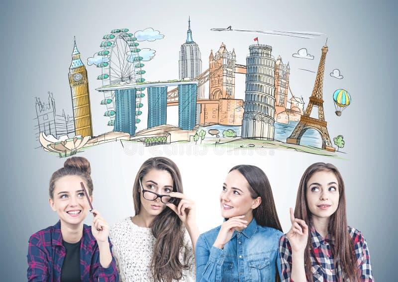 Quattro ragazze teenager che pensano insieme, viaggio fotografia stock