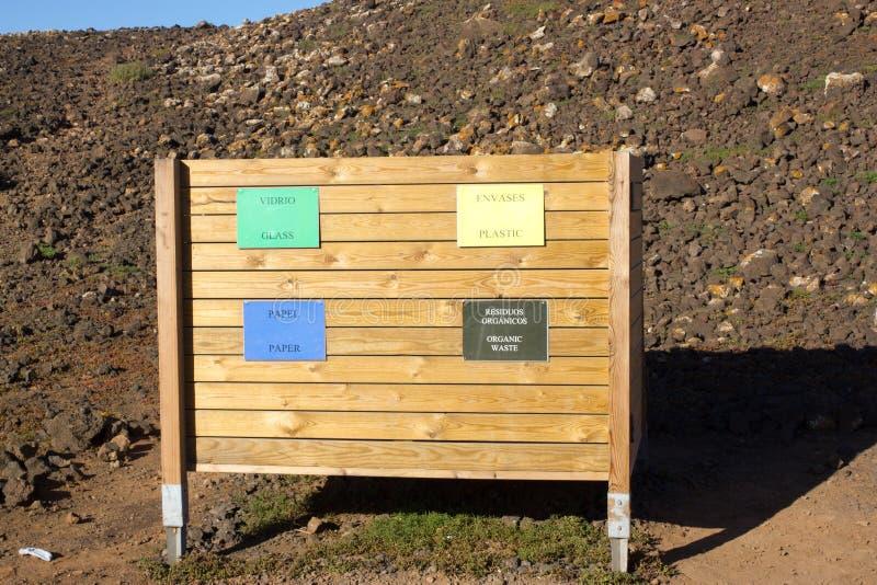 Quattro riciclano i recipienti per spreco differente Carta, vetro, alimento, plastica fotografie stock libere da diritti