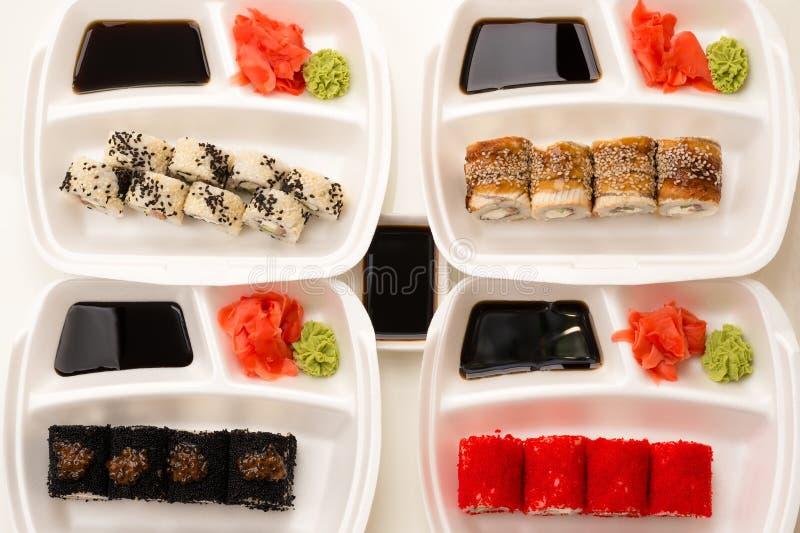 Quattro rotoli che serviscono i piatti nella vista superiore fotografia stock libera da diritti