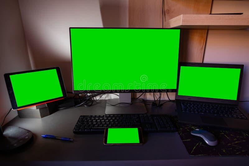 Quattro schermi verdi sul desktop fotografia stock