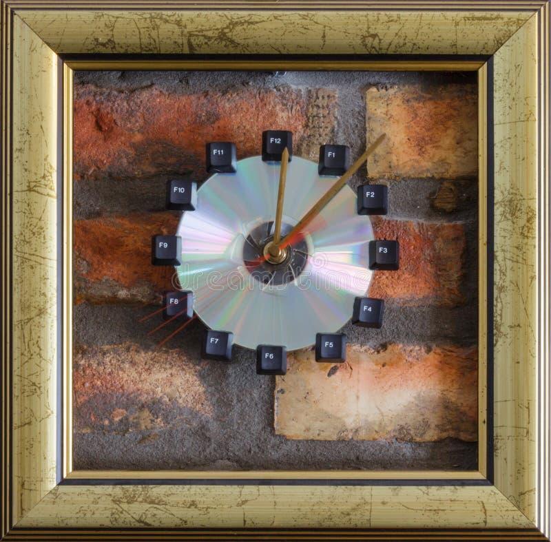 Quattro secondi sull'orologio di parete fotografia stock