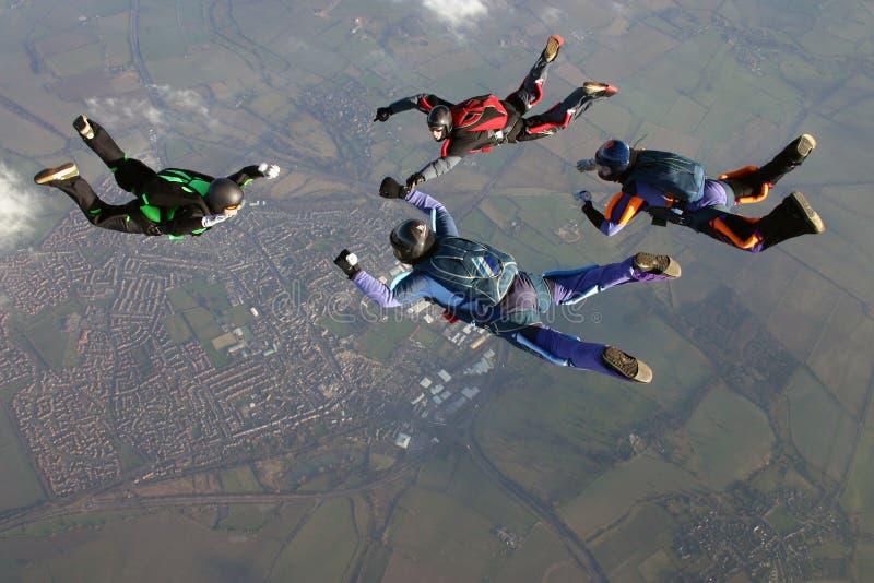 Quattro Skydivers formano una formazione immagine stock libera da diritti