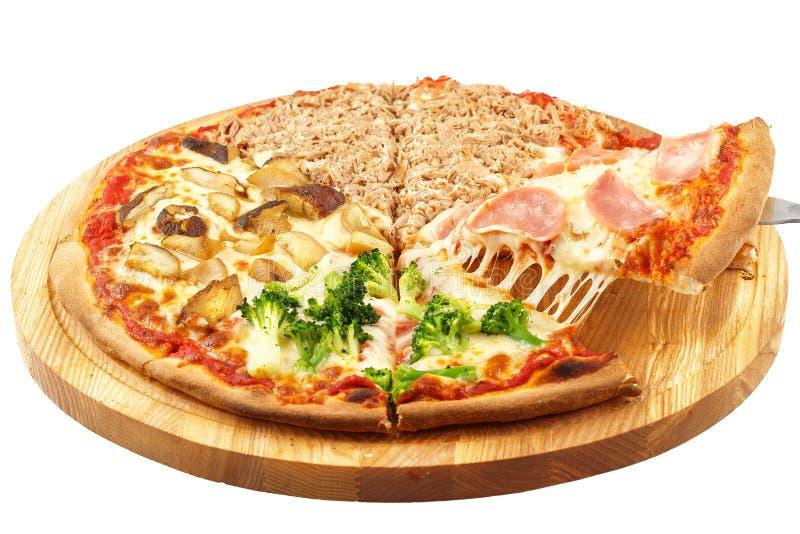 Quattro stagioni pizza, mozzarella, cipolla, prosciutto, tonno, broccoli, funghi, bottone fotografia stock libera da diritti
