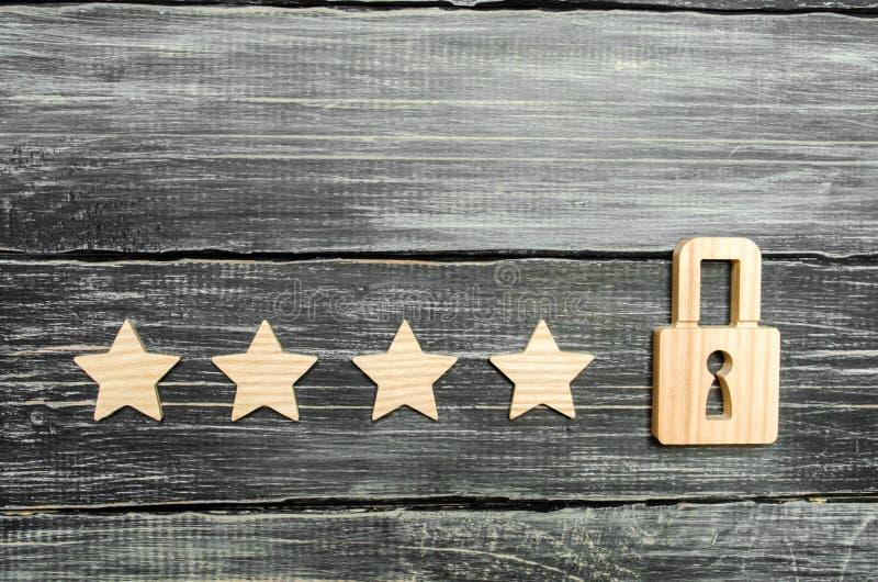 Quattro stelle e un lucchetto Il concetto di assegnazione della quinta stella, una limitazione nel posto Il desiderio di ottenere immagine stock
