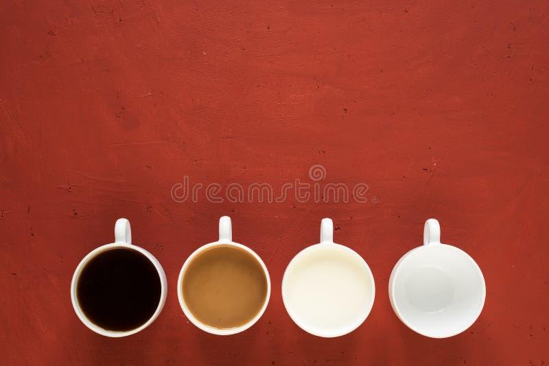 Quattro tazze su fondo rosso fotografie stock