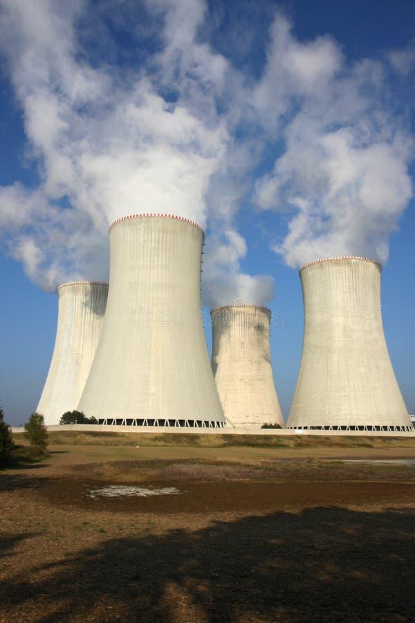 quattro torri di raffreddamento della centrale nucleare immagini stock