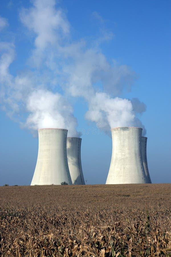 Quattro torri di raffreddamento della centrale nucleare fotografie stock