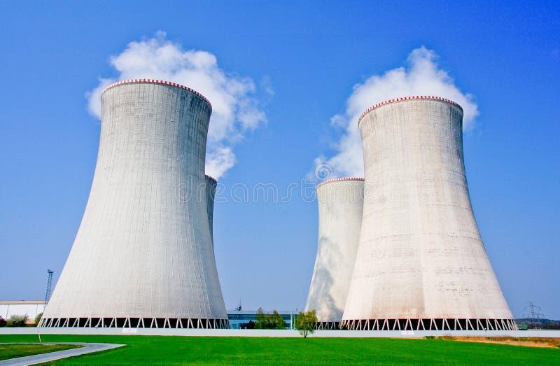 Quattro torri di raffreddamento della centrale nucleare in Dukovany fotografia stock libera da diritti