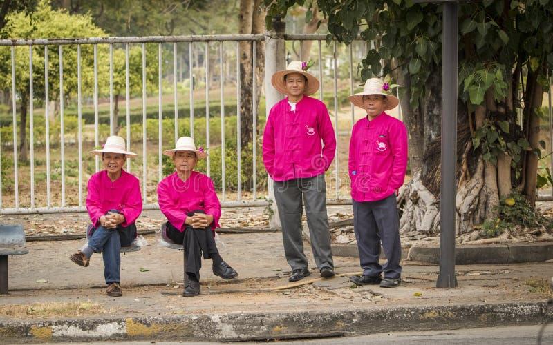 Quattro uomini agghindati per Chiang Mai Flower Festival fotografie stock libere da diritti