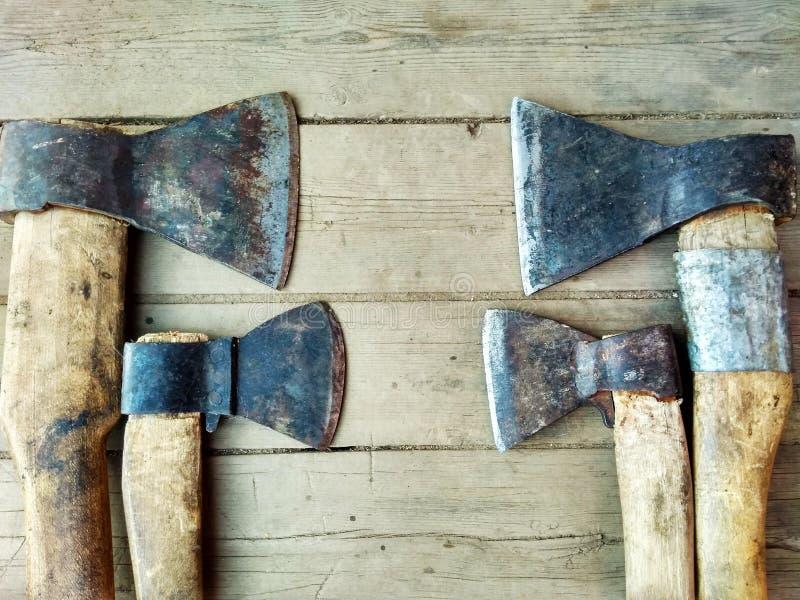 Quattro vecchi scuri su fondo di legno fotografie stock