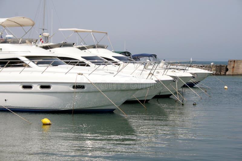 Quattro yacht bianchi del motore fotografia stock libera da diritti
