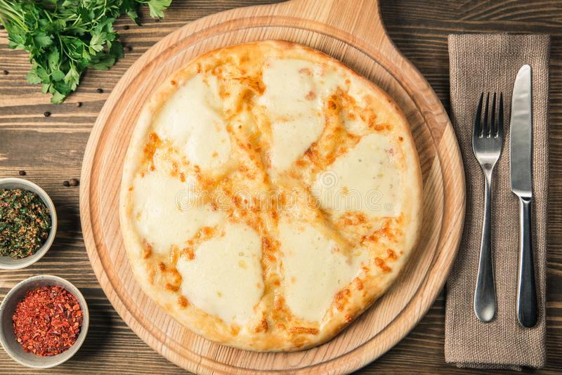 Quattrofromaggi van de vier kaaspizza met basilicumblad op een rustieke houten raadsachtergrond stock afbeelding