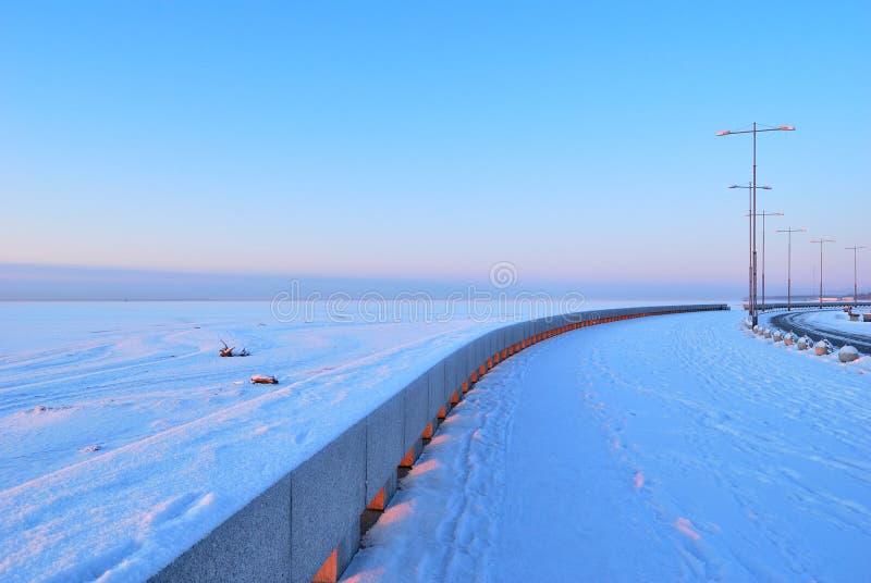 Quay à St Petersburg à l'aube images stock