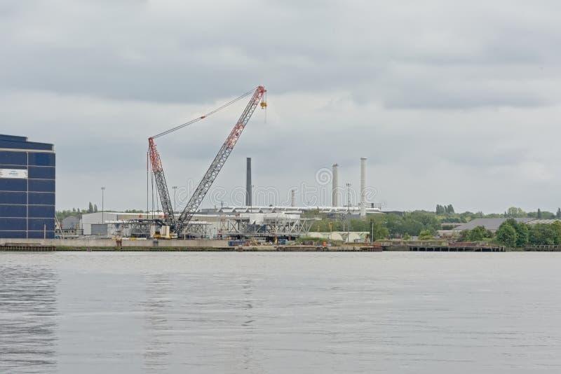 Quay con los edificios industriales y ceane en el puerto de Amberes fotografía de archivo libre de regalías