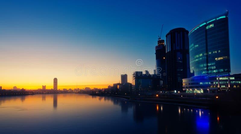 Quay de Ekaterimburgo, salida del sol imagenes de archivo
