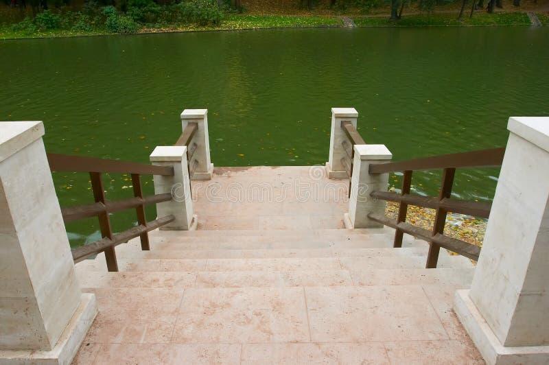 Quay de pedra do lago de madeira imagem de stock royalty free