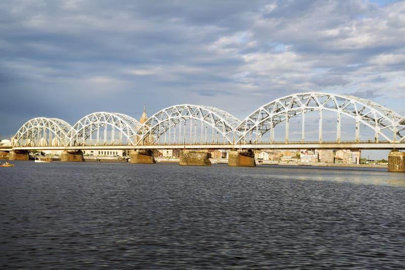 Quay de rivière de dvina occidentale à Riga images stock