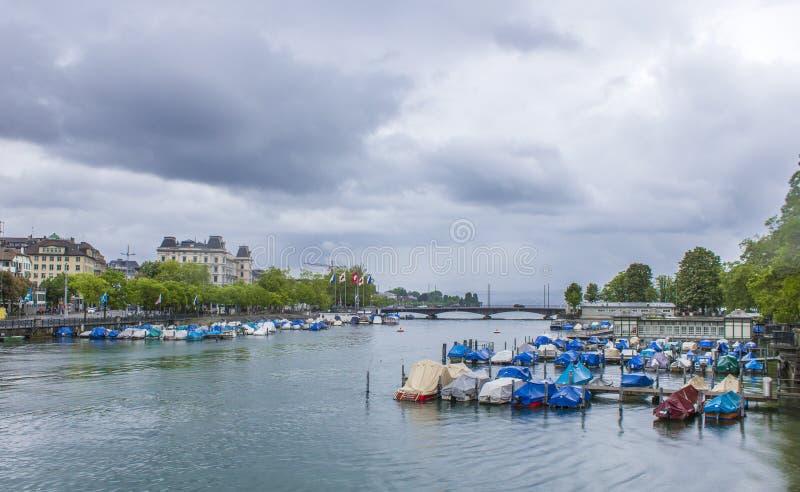 Quay de Zurich Embarcadero en Zurich Barcos en el lago foto de archivo libre de regalías