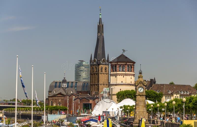 Quay del río Rhine en Düsseldorf, Alemania imagenes de archivo