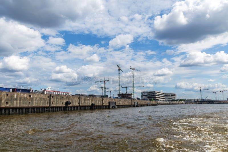 Quay eines Hafens mit Kränen und Baustellen, bewölktes Blau s stockfotos