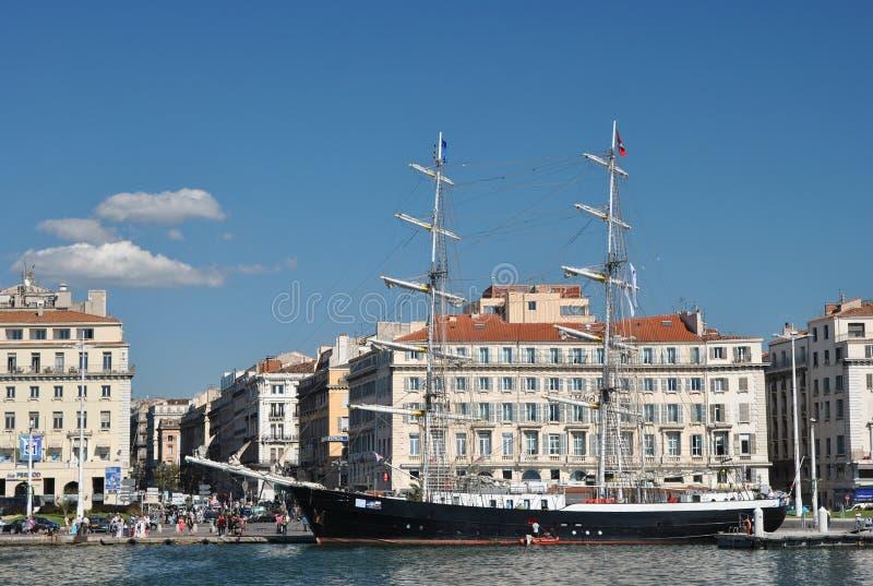 Quay en el puerto viejo de Marsella con las construcciones de viviendas modernas y el goleta de dos palos hermoso de Marcelino fotos de archivo libres de regalías