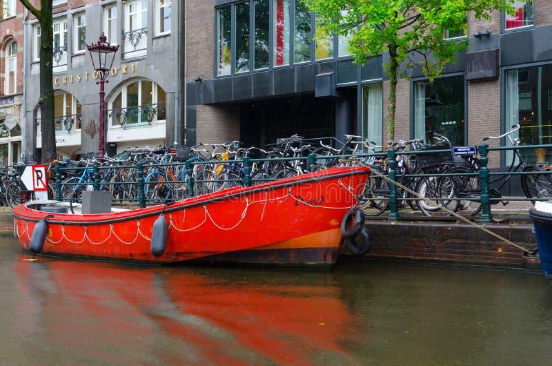 Quay kanał w historycznym centrum miasto, typowy miastowy widok, Amsterdam, Północny Holandia, holandie obraz stock