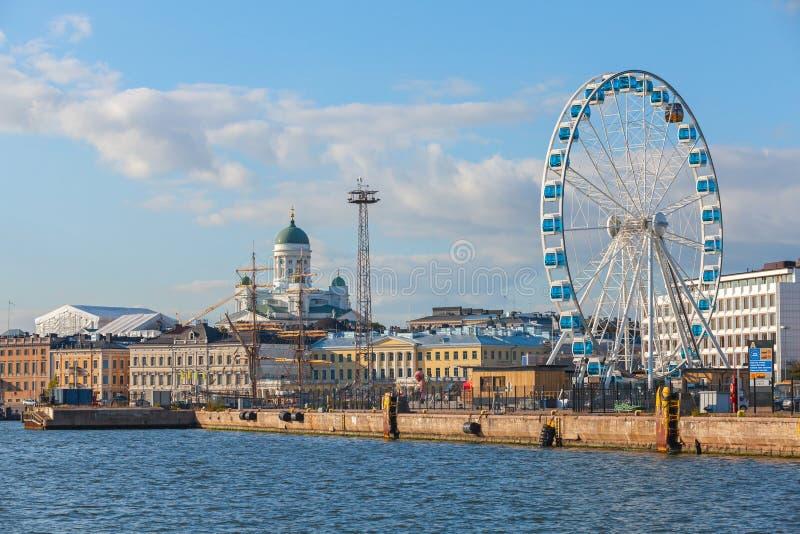 Quay von Helsinki mit festgemachten Schiffen und Riesenrad stockbilder
