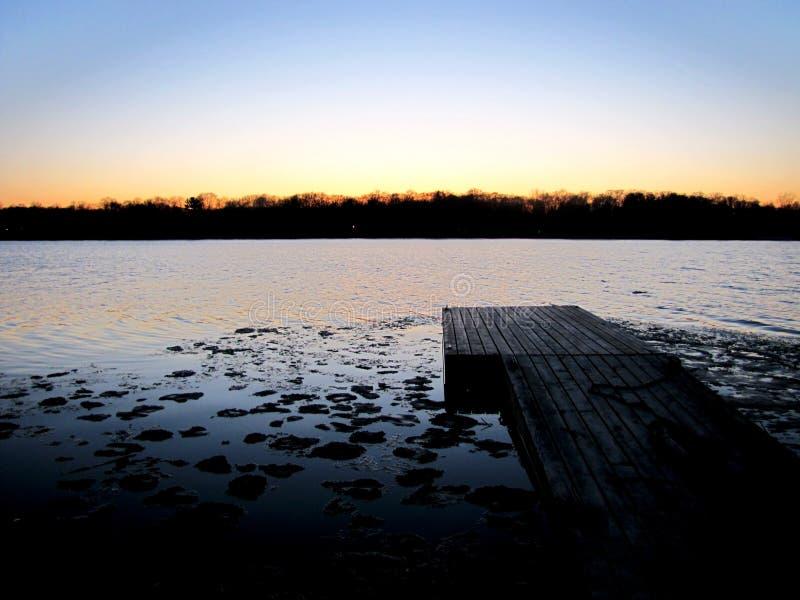 Quay w jeziorze przy zmierzchem fotografia royalty free
