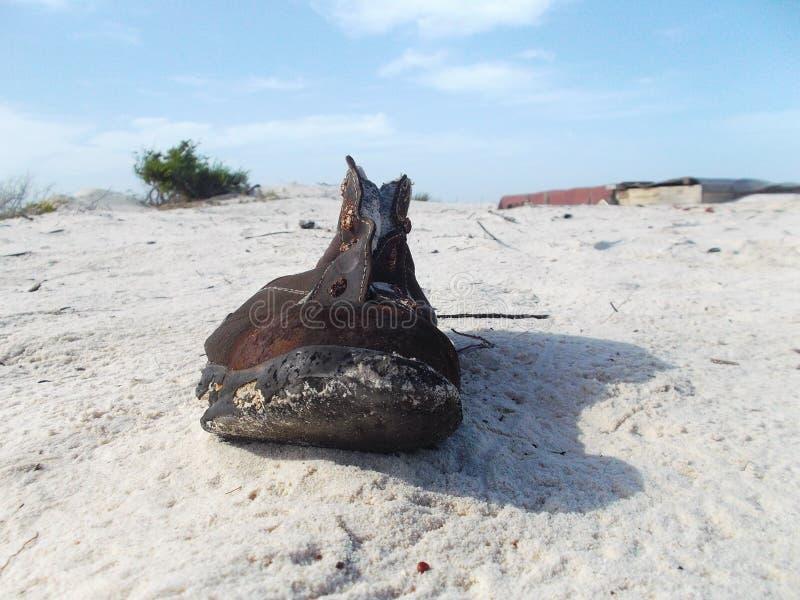 Que o corpo esteve encontrado na praia se era apenas a bota eles jogou imagem de stock royalty free