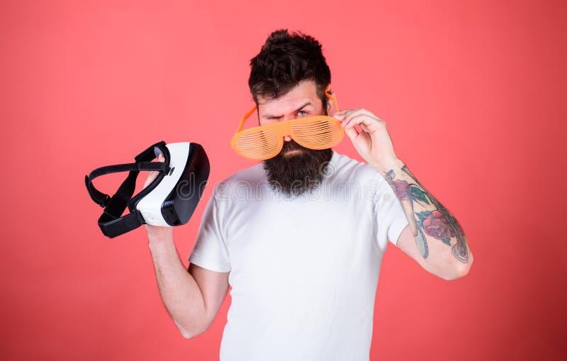 Que vidros escolhem louvered ou virtual Equipe o moderno farpado com os auriculares da realidade virtual e os óculos de sol louve fotografia de stock